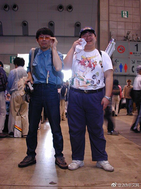 日本网民吐槽:那张著名的日本宅男照片正面的样子曝光