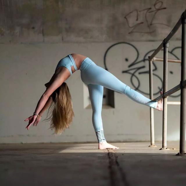 38岁宅男女神柳岩,宽松运动装展少女身材,充满活力又略显呆萌